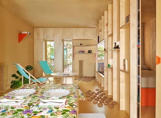 Na sala, a luz da parte da frente passa por todas as extremidades do apartamento (Foto: José Hevia./ Dezeen)
