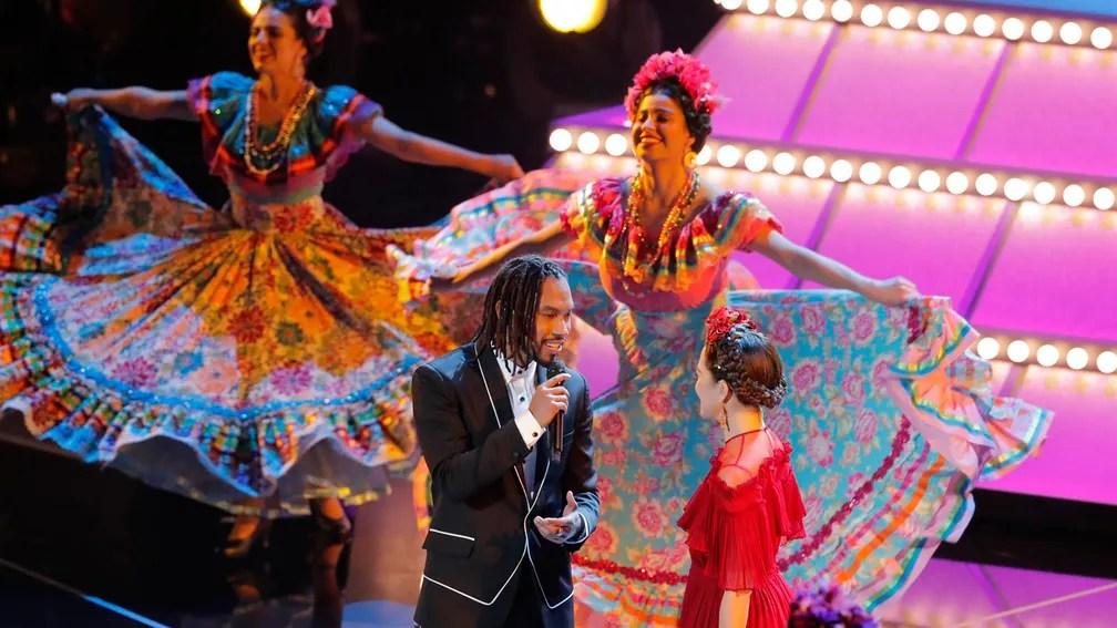 Performance musical de 'Remember me', trilha da animação 'Viva', começou com o ator Gael García Bernal e teve cantoria de Miguel (Foto: Lucas Jackson/Reuters)