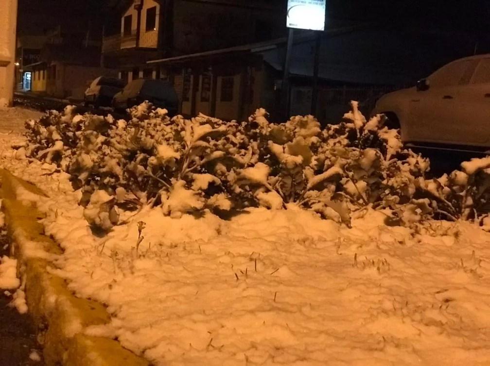 Urupema amanheceu com neve nesta quarta-feira — Foto: Eduarda Demeneck/ NSC TV