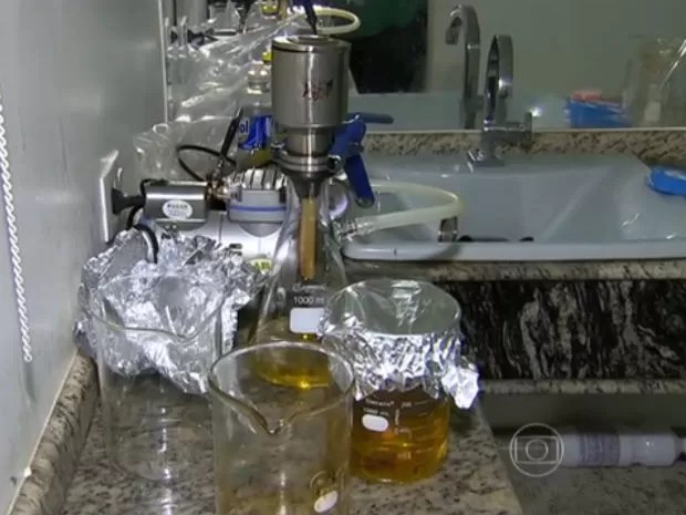 Produtos eram manipulados no banheiro da casa (Foto: Reprodução/TV Globo)