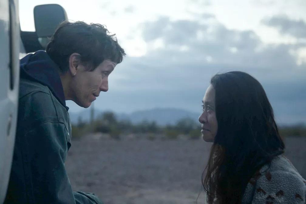 Frances McDormand, esquerda, e a diretora Chloé Zhao no set de 'Nomadland' — Foto: Searchlight Pictures via AP