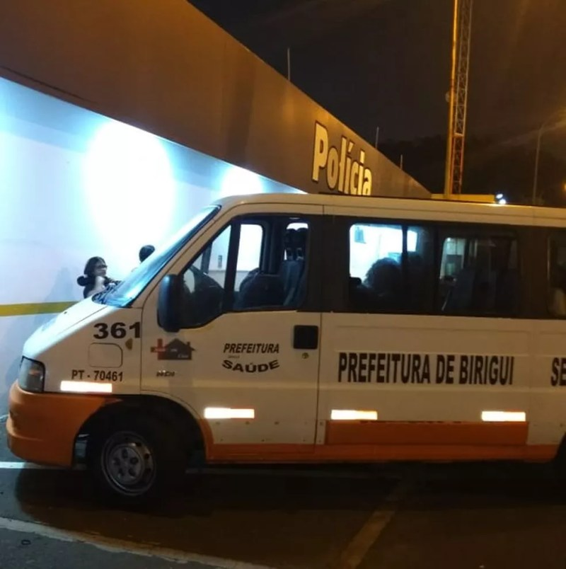 Van da prefeitura de Birigui foi parada na Polícia Rodoviária em Bauru — Foto: TV TEM/Reprodução