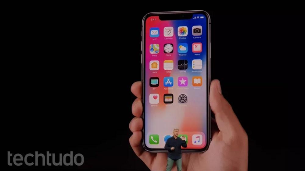 iPhone X tem tela Super Retina que ocupa a maior parte da face do telefone (Foto: Thássius Veloso/TechTudo)