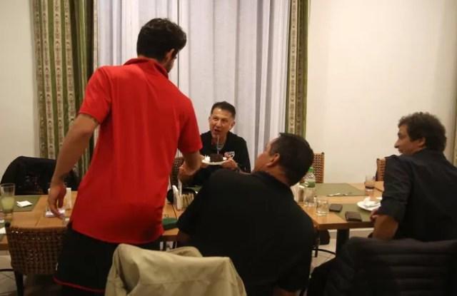 Alexandre Pato entrega fatia de bolo a Juan Carlos Osorio (Foto: Rubens Chiri/Site oficial do SPFC)