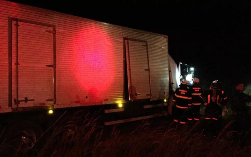 Carona do caminhão ficou preso nas ferragens e precisou ser resgatado pelos bombeiros — Foto: Edivaldo Braga/Blogbraga
