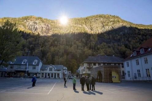 Sol é refletido para uma pequena área em frente à prefeitura de Rjukan, na Noruega (Foto: Terje Bendiksby/NTB Scanpix/Reuters)