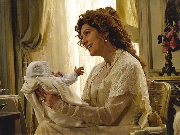 Constância se encanta pelo bebê e escolhe seu nome (Foto: Lado a Lado / TV Globo)