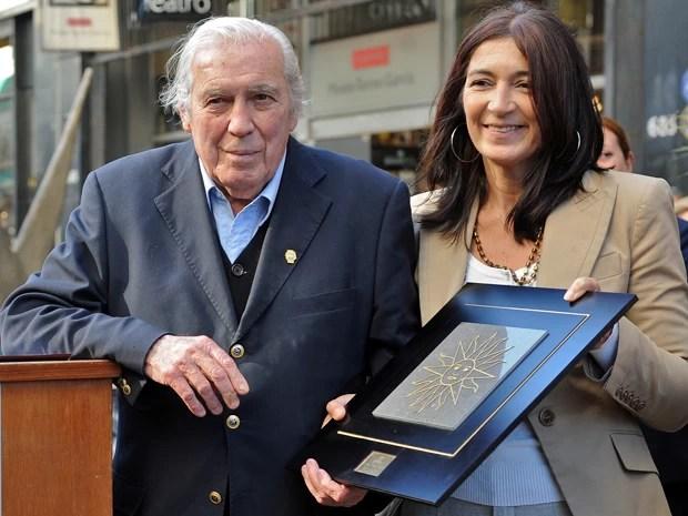 O artista plástico uruguaio Carlos Páez Vilaró recebe homenagem de Hyara Rodriguez, prefeita de Montevidéu, em abril de 2010 (Foto: AFP PHOTO/Pablo PORCIUNCULA )