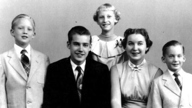 Donald Trump quando menino (à esq.) com os irmãos Fred, Elizabeth, Maryanne e Robert — Foto: Divulgação/BBC
