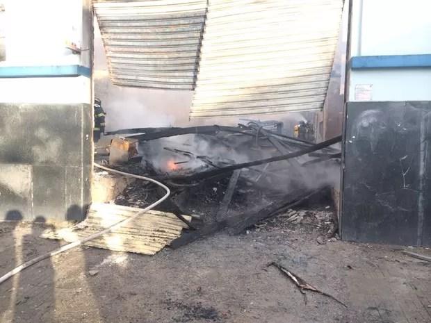 Incêndio deixou loja destruída em Santos, SP (Foto: Fabiana Faria/ G1)