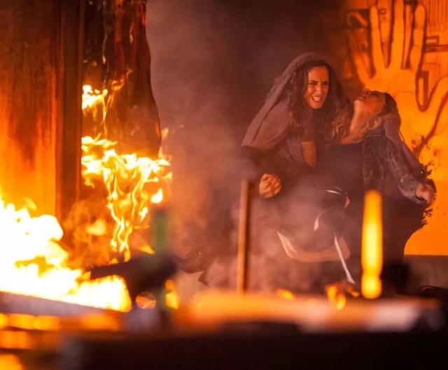 A morena consegue sair do estúdio em chamas (Foto: Fabiano Battaglin/Gshow)