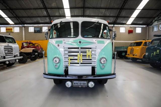 Caminhão FNM da coleção de Osvaldo Strada em sua casa em Pilar do Sul (SP) (Foto: Fábio Tito/G1)