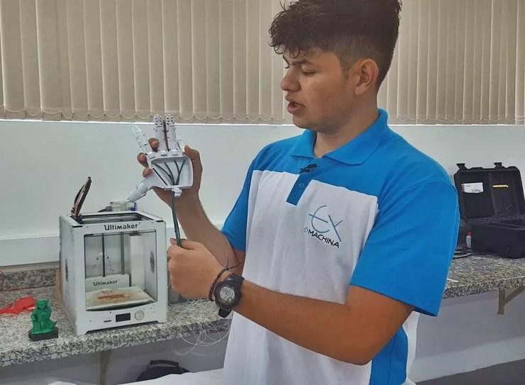 Prótese é impressa por equipamento 3D e recebe acabamento — Foto: Fernanda Rodrigues/G1