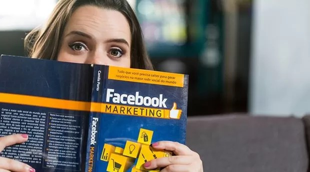 """A especialista e seu livro """"Facebook Marketing: Como gerar negócios na maior rede social do mundo"""" (Foto: Divulgação)"""