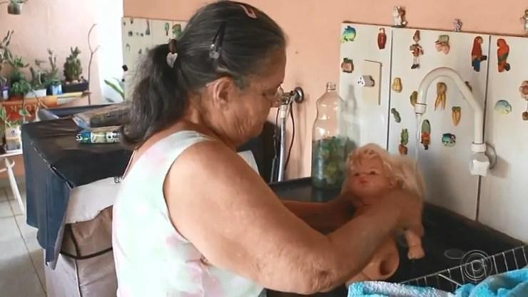Aulistella Camargo lava as bonecas que chegam em sua casa (Foto: Reprodução/TV TEM)