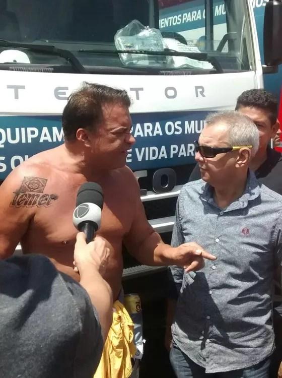 Deputado federal Wladimir Costa (SD-PA) aparece sem camisa em cerimônia e expõe tatuagem com o nome de Temer (Foto: Diário do Pará/divulgação)