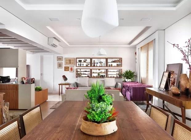 Apartamento antigo se renova com marcenaria e espao para