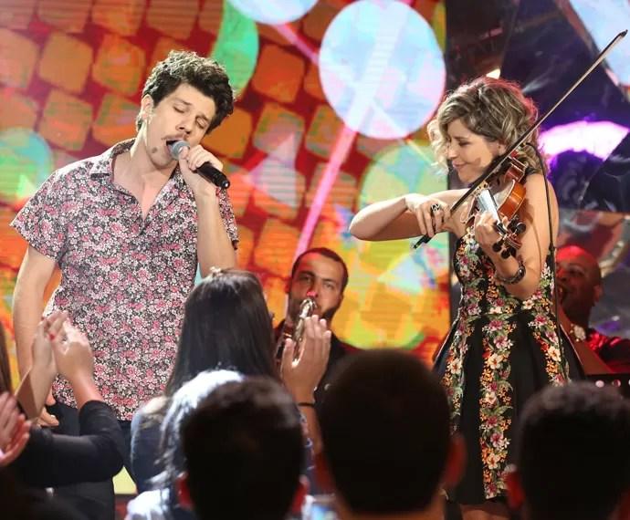 Helio Flanders canta na gravação do programa Altas Horas (Foto: Carol Caminha/Gshow)