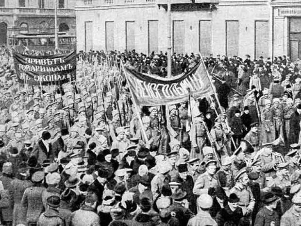 Revolução Russa: Soldados fazem demonstração em São Petesburgo em fevereiro de 1917 (Foto: Wikimedia Commons)