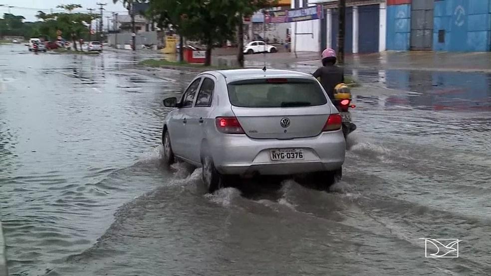 Motoristas encontraram dificuldades em atravessar as ruas de São Luís durante chuva que caiu na manhã desta quarta (2) (Foto: Reprodução/ TV Mirante )