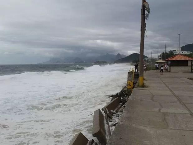 Ressaca também atingiu a Praia de Piratininga, em Niterói, Região Metropolitana do Rio (Foto: Olga Oberlaender / Arquivo Pessoal)