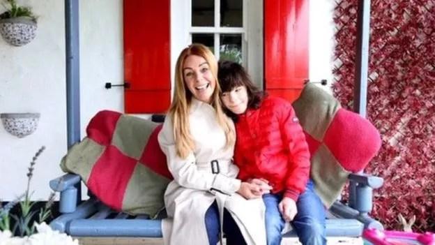 Charlotte Caldwell tornou-se defensora do acesso à cannabis medicinal depois de lutar para obtê-la para seu filho Billy, que tem epilepsia grave (Foto: CHARLOTTE CALDWELL/ BBC)