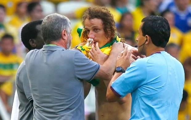 David Luiz atendimento médico jogo Brasil México (Foto: Reuters)