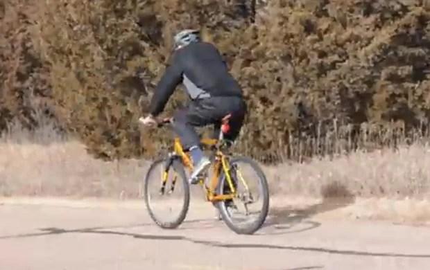 Homem andando de biciclenta foi arrastado para trás, gerando brincadeiras como 'moonbiking' (Foto: Reprodução/YouTube/Michael Erbsen)