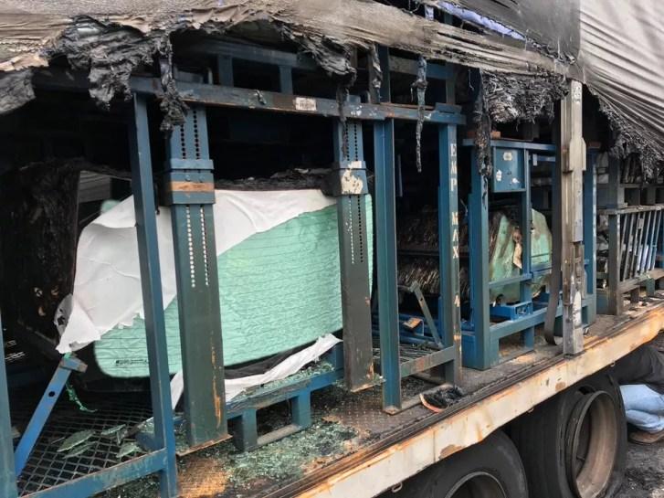 Caminhão estava carregado de carga de vidro na BR-101 — Foto: Fabiano Correia/NSC TV