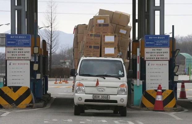 Caminhão carregado de caixas deixa a Coreia do Norte (Foto: Yonhap/Im Byung-shik/AP)