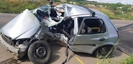 Carro ficou destruído após acidente na BR-232, em Caruaru — Foto: PRF/Divulgação