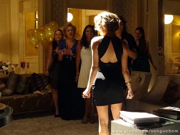 Ela arrasa com seu vestido preto colado ao corpo (Foto: Sangue Bom/TV Globo)