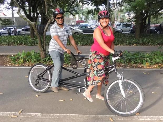 A publicitária Renata se dispôs a andar de bicicleta com o amigo e colega de profissão, Milton. (Foto: Lorena Aquino/G1)