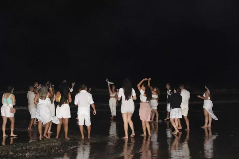 Pessoas se aglomeram na beira do mar, em Boa Viagem, na Zona Sul do Recife, durante o réveillon — Foto: Marlon Costa/Pernambuco Press