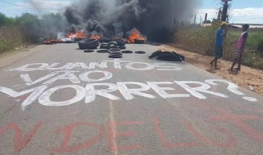 Protesto fechou RN-118 após quatro pessoas morrerem em acidentes na rodovia (Foto: Alêssa Rocha)