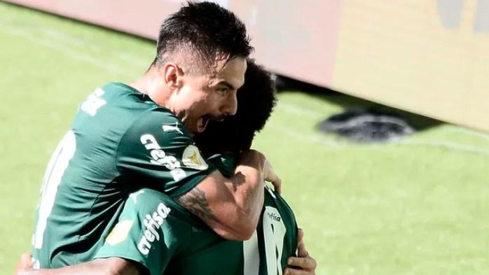 Willian comemora gol do Palmeiras com Luiz Adriano