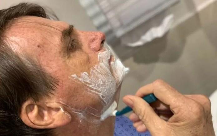 Presidente Jair Bolsonaro postou foto em sua conta no Twitter em que aparece fazendo a barba — Foto: Reprodução/Redes sociais