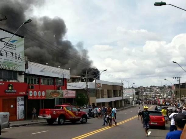 Fogo teria iniciado na confeitaria do local (Foto: Marcos Dantas/G1 AM)