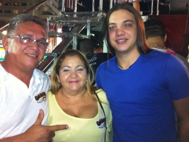Dona Bil, ex-vice-prefeita de Aracoiaba, ao lado do filho, Wesley Safadão (Foto: Arquivo pessoal)