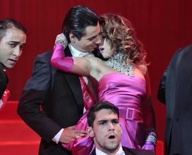 Monique Alfradique se empolga ao imitar coreografia de Madonna (Foto: Caldeirão do Huck / TV Globo)
