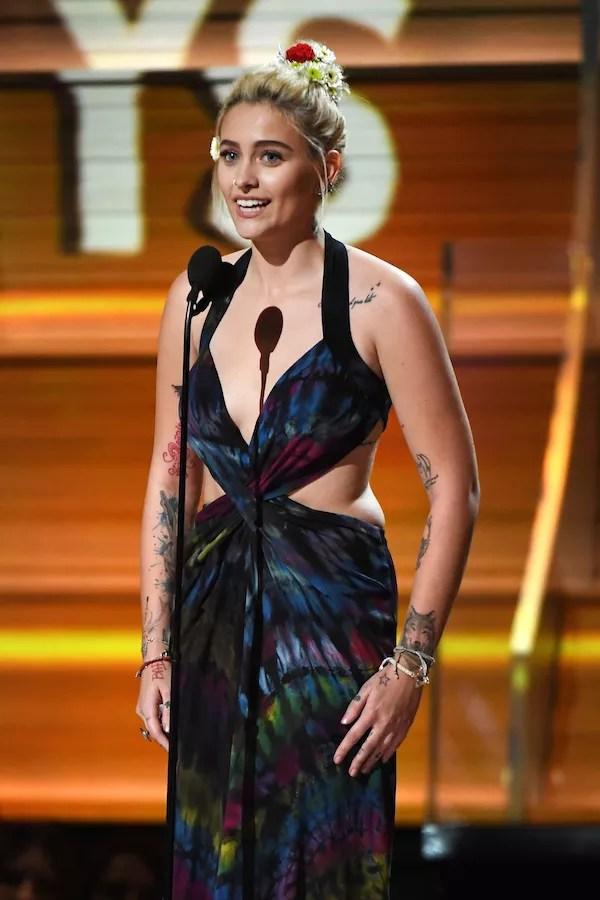 Paris Jackson com o vestido desenhado por ela (Foto: Getty Images)