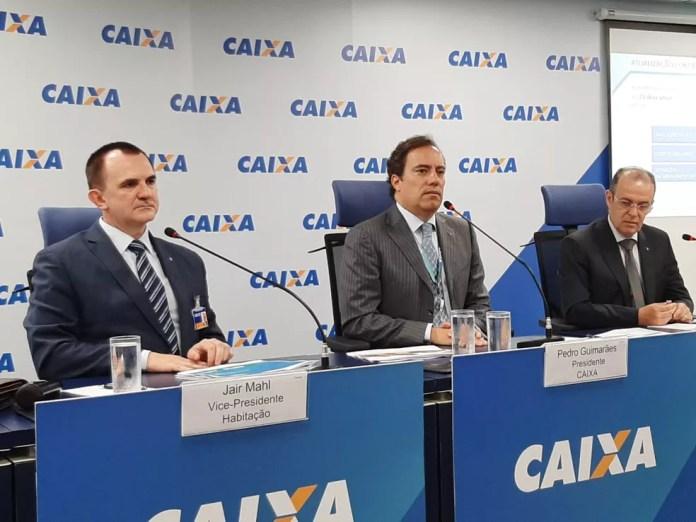 O presidente da Caixa, Pedro Guimarães (ao centro), anuncia redução de juros do crédito imobiliário — Foto: Alexandro Martello/G1