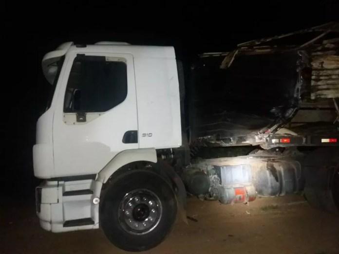 Caminhão colidiu de frente com ônibus na BR-364 (Foto: PRF/Divulgação)