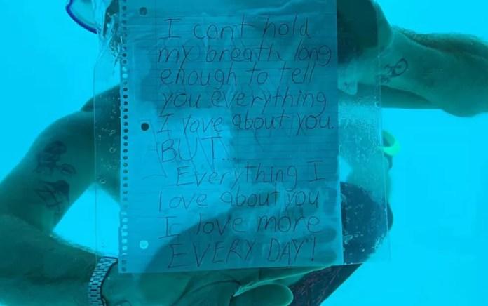 """Weber escreveu """"Não consigo segurar a respiração por tempo o bastante"""" em seu bilhete de pedido de casamento — Foto: Reprodução/Facebook/Kenesha Antoine"""