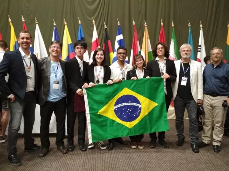 A seleção brasileira que disputou a 13ª Olimpíada Internacional de Astronomia e Astrofísica na cidade de Keszthely, na Hungria — Foto: Divulgação