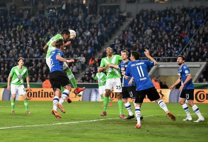 Luiz Gustavo marca para Wolfsburg (Foto: STUART FRANKLIN / BONGARTS / Getty Images/AFP)