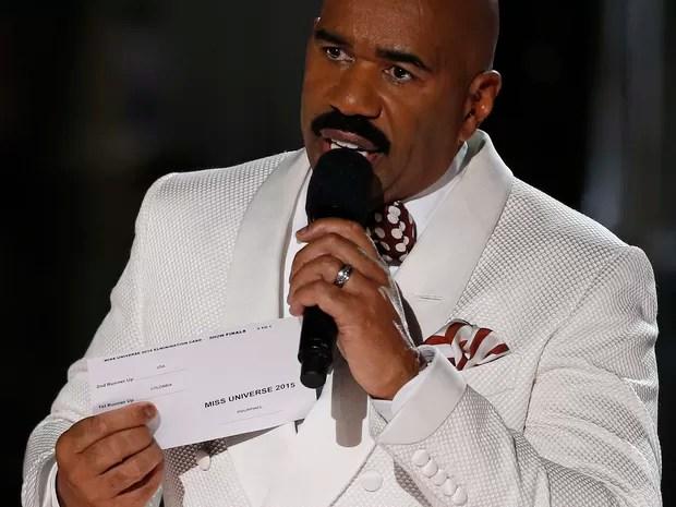 Steve Harvey mostra cartão com o nome da vencedora e confessa que errou ao ler o nome da vencedora (Foto: John Locher/AP Photo)