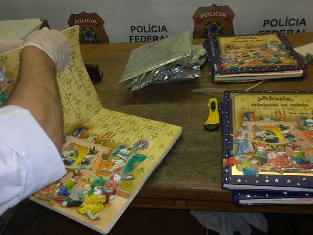 Búlgaro foi preso ao desembarcar com 5 kg de cocaína escondida em livros infantis (Foto: Divulgação/Polícia Federal)