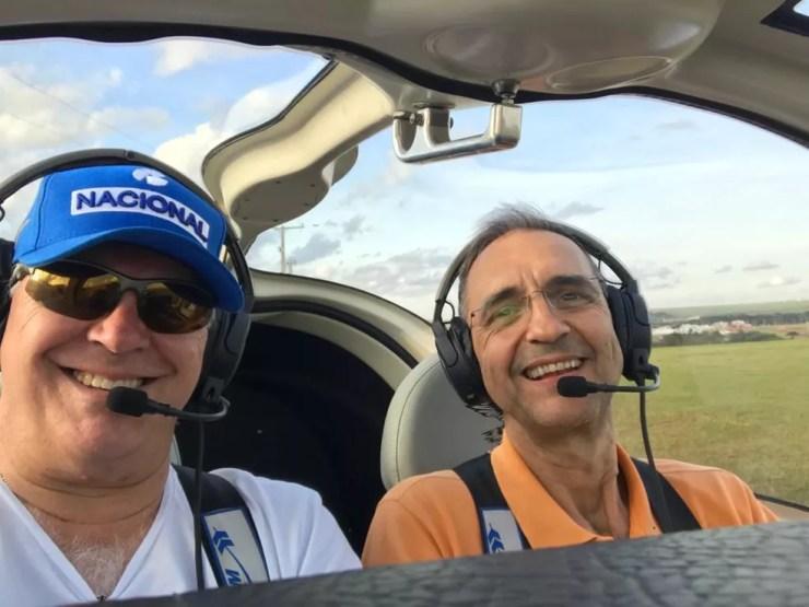 Carlos Morales, de 57 anos, e Lyncoln Carneiro, de 59 anos, costumavam voar juntos — Foto: Arquivo pessoal