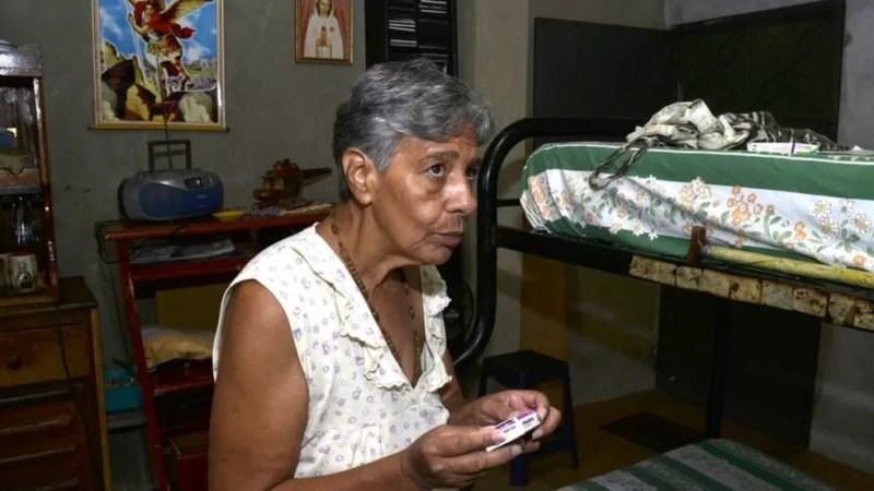 Norma guarda o dinheiro da aposentadoria para comprar remédios — Foto: Oswer Diaz Mireles via BBC